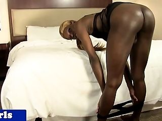 Twerking tranny showing asshole closeup