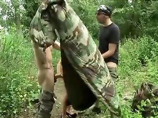 Juliana superbe mannequin de retour pour une baise sauvage dans les bois