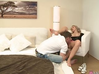 Hot blonde combined foot fetish with harsh sex for a complete home tryout