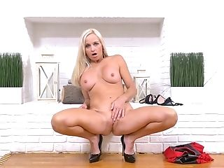 Torrid blond head Dani Dare wanna tease her own meaty pussy